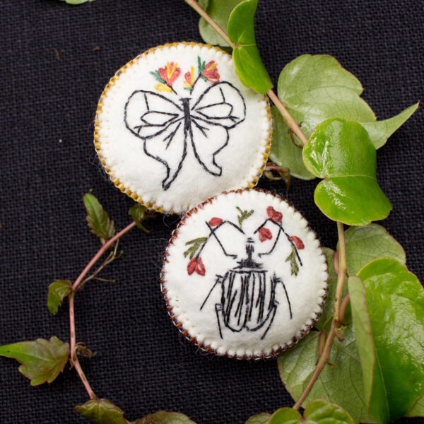 Broches insectes fleuris – brodées main