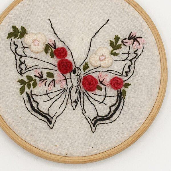 Broderie papillon fleuri – Tuto et motif à télécharger